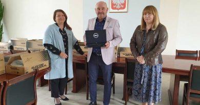 przekazanie laptopów z projektu zdalna szkoła
