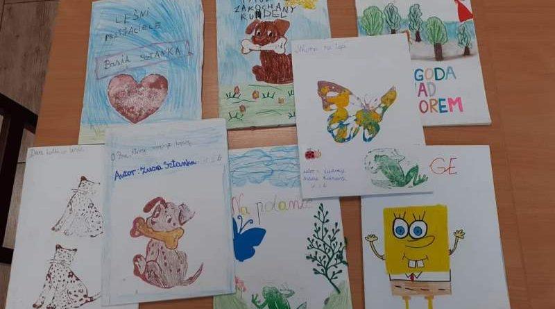 prace dzieci z książką w szkole